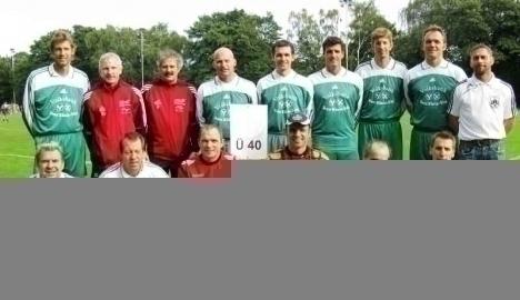 FC Hennef 05: Hintere Reihe v.l., Helmut True, Trainer Werner Pleis, Betreuer Werner Zillger, Udo Kneip, Uwe Freitag, Marcus Barth, Christoph M�ller, Severin Fox und